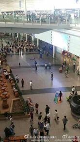 首都机场一男子从四楼跳到二楼 已被送医 图