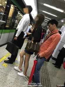高校男生偷拍女乘客裙底 现场画面曝光